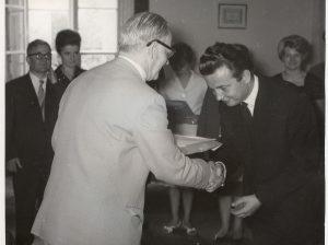 1963 Rektor prof. Sikorski wręcza Sawie dyplom. W tle prof. Rączkowski