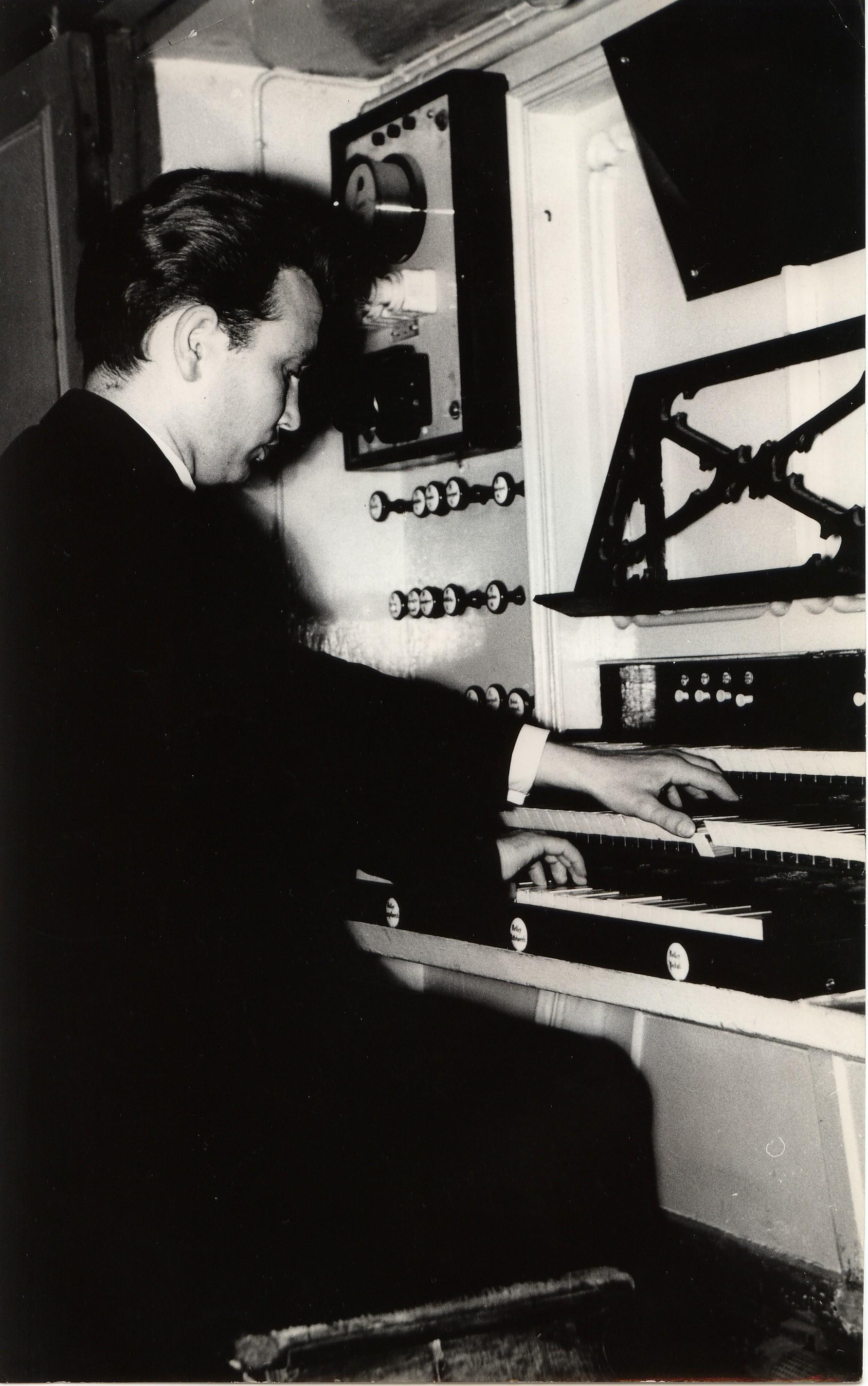 Marian Sawa przy organach kościoła garnizonowego